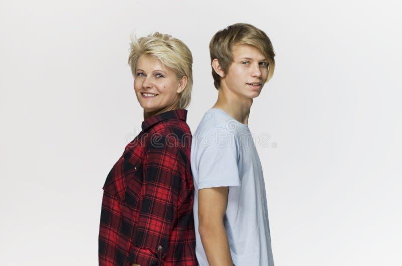 Gelukkige en glimlachende moeder en zoon Het houden van familieportret tegen witte achtergrond royalty-vrije stock afbeeldingen
