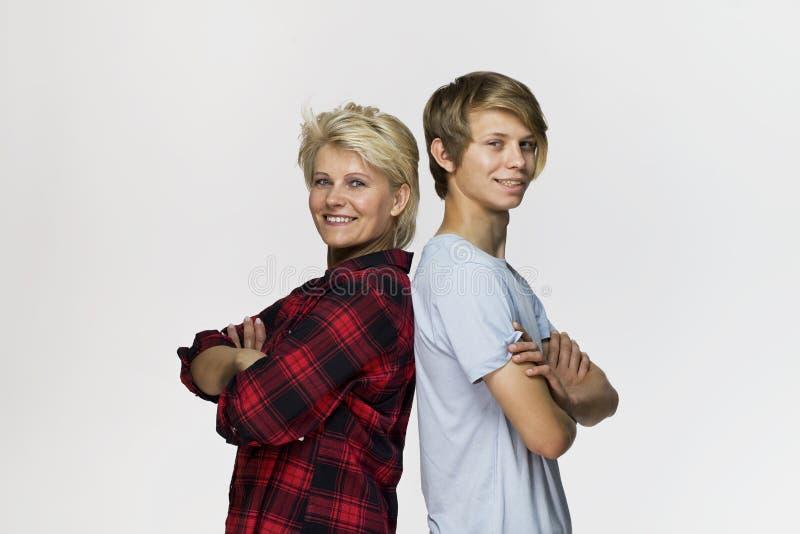 Gelukkige en glimlachende moeder en zoon Het houden van familieportret tegen witte achtergrond royalty-vrije stock afbeelding