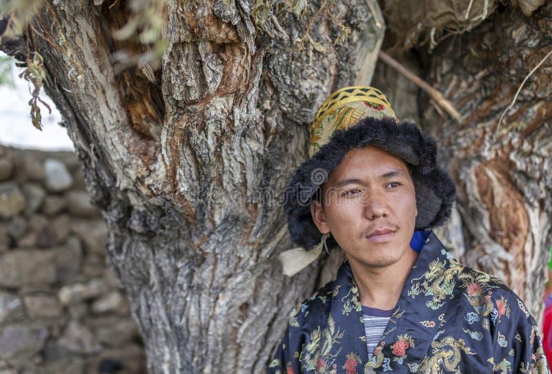 Gelukkige en hansome jonge mens in tradtionalkleding royalty-vrije stock foto's
