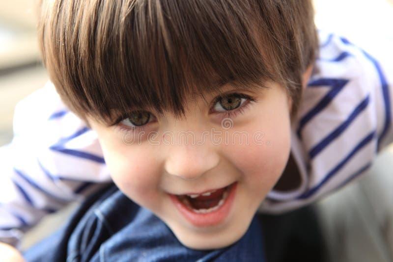 Gelukkige en leuke jonge jongen stock afbeelding