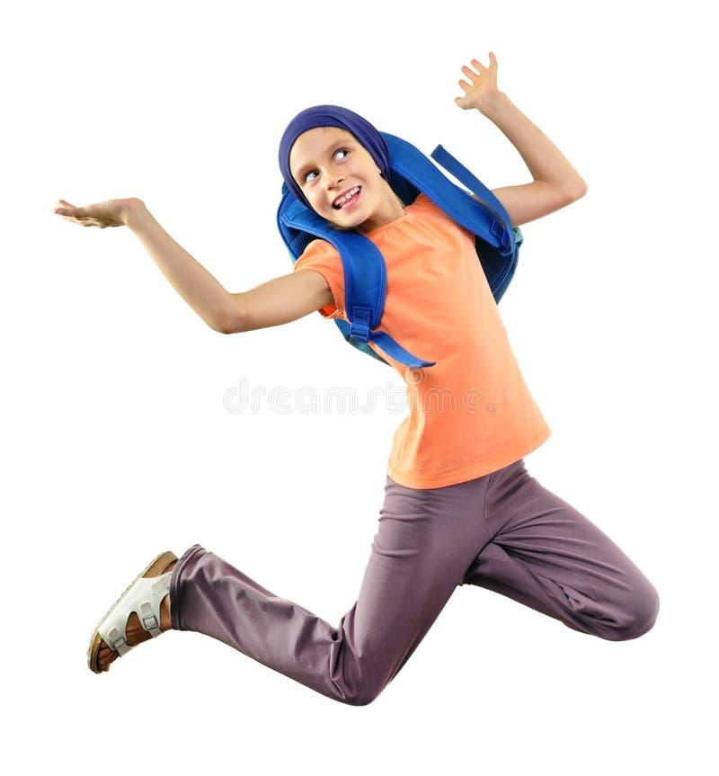 Gelukkige en schoolkind of reiziger die uitoefenen springen stock foto