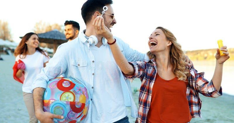 Gelukkige en vrienden die in openlucht lachen glimlachen royalty-vrije stock fotografie
