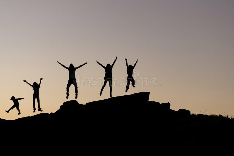 Gelukkige en vrolijke mensengroep in de aard royalty-vrije stock fotografie