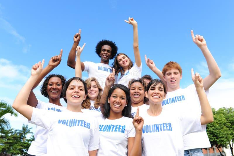 Gelukkige en vrolijke vrijwilligersgroep stock fotografie