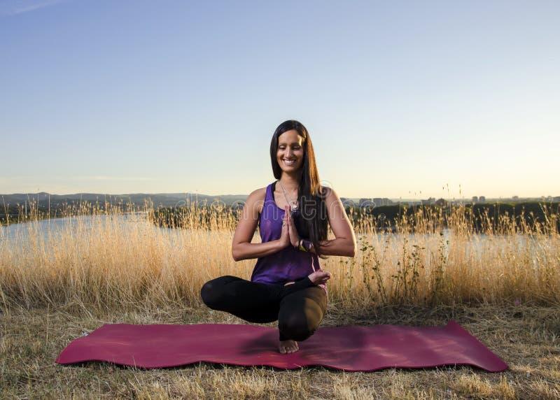 Gelukkige energieke vrouw in yogarek royalty-vrije stock afbeelding
