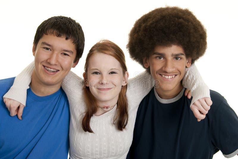 Gelukkige etnische tienervrienden stock foto's