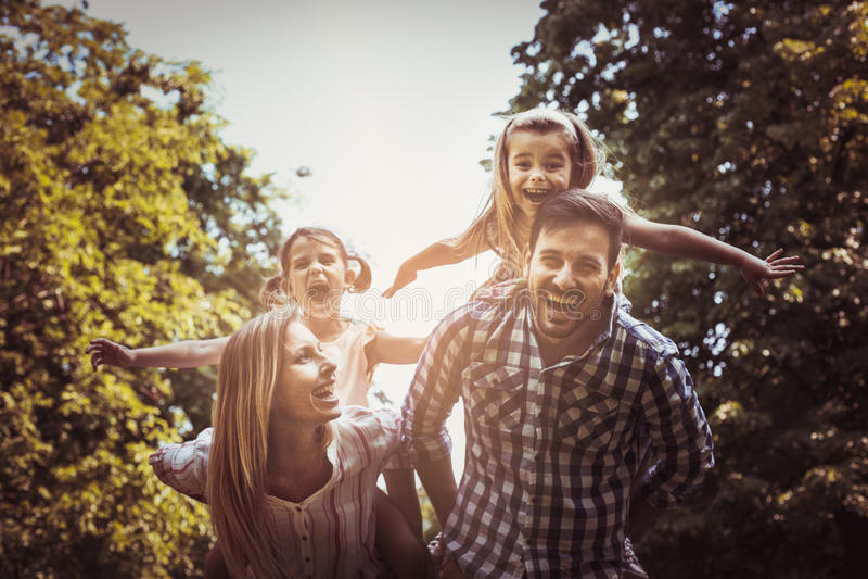 Gelukkige familie in aard royalty-vrije stock afbeelding