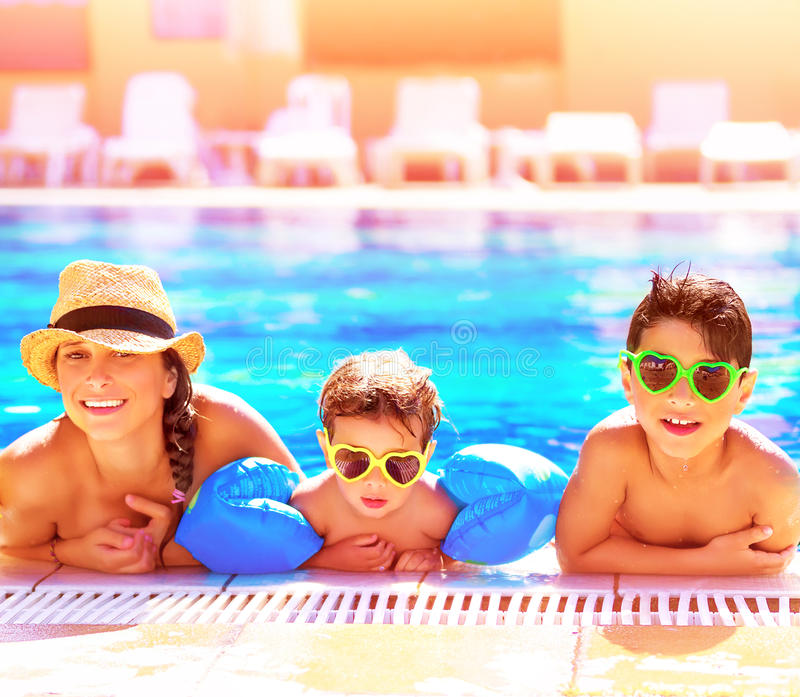 Gelukkige familie in aquapark royalty-vrije stock foto