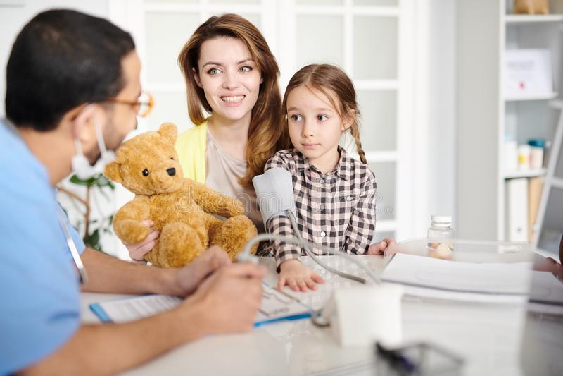 Gelukkige Familie Bezoekende Pediater stock fotografie