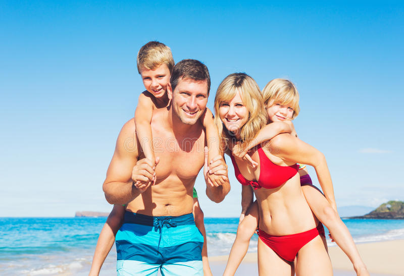 Gelukkige familie bij het strand royalty-vrije stock fotografie