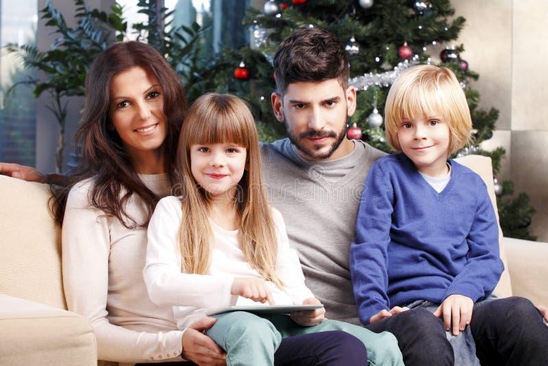 Gelukkige familie bij Kerstmis royalty-vrije stock afbeelding