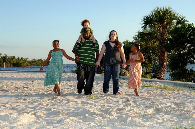 Gelukkige familie bij strand stock afbeeldingen