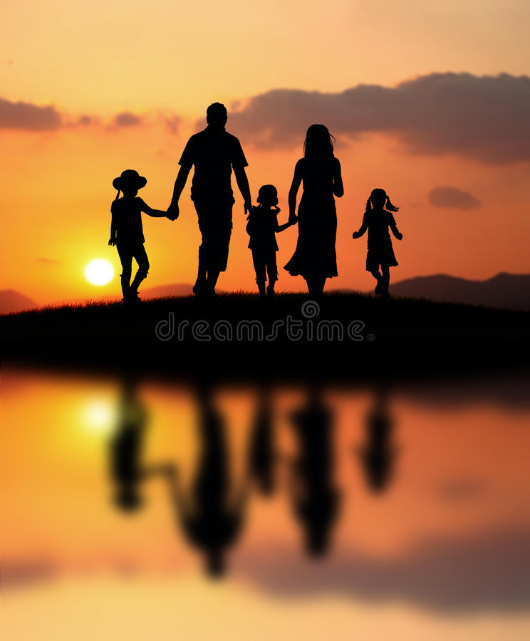 Gelukkige familie bij zonsondergang royalty-vrije stock afbeeldingen