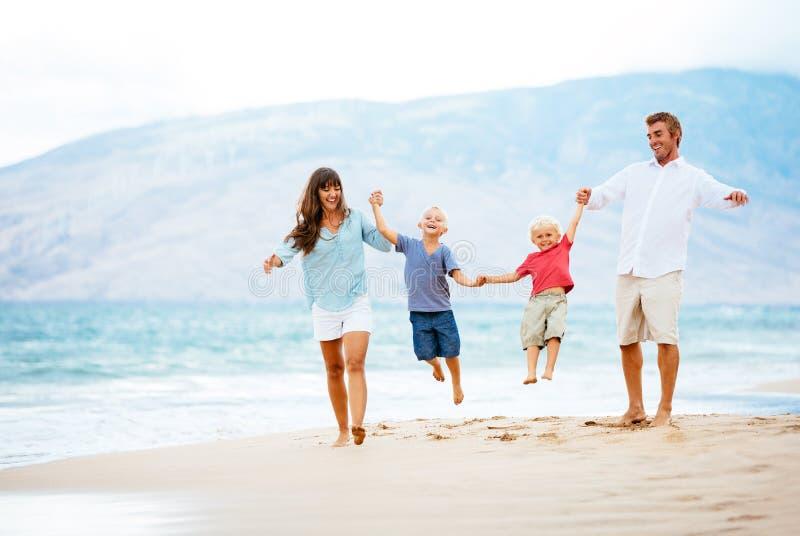 Gelukkige familie bij zonsondergang royalty-vrije stock fotografie