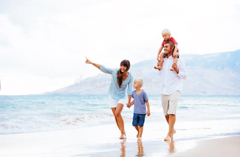 Gelukkige familie bij zonsondergang royalty-vrije stock afbeelding