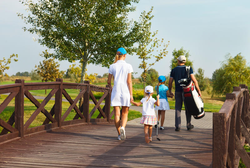 Gelukkige familie in de club van het golfland stock fotografie