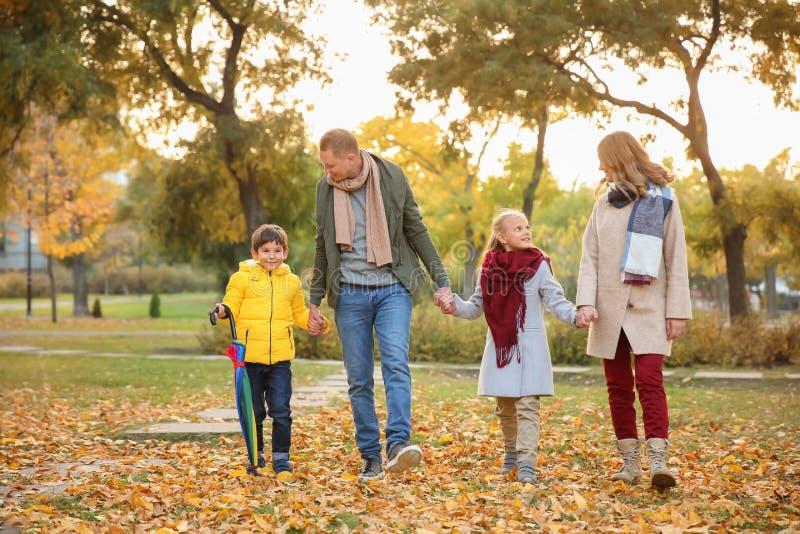 Gelukkige familie in de herfstpark royalty-vrije stock foto
