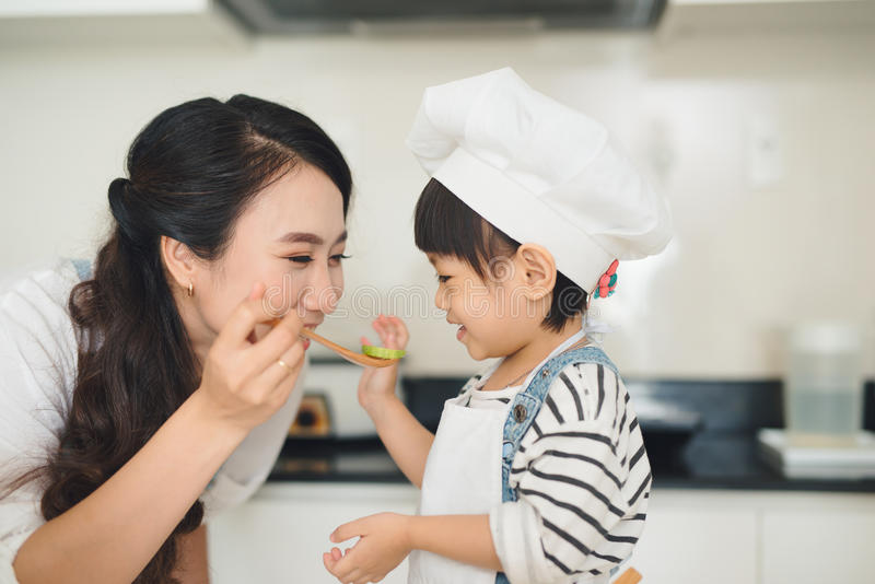 Gelukkige familie in de keuken Moeder en kind de dochter is prepa stock fotografie