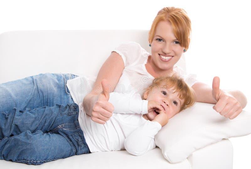 Gelukkige familie: de moeder en de dochter hebben pret - duimen omhoog - op whit stock fotografie