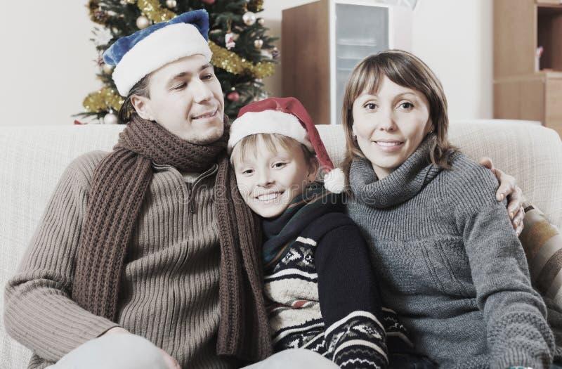 Gelukkige familie in de tijd van Kerstmis royalty-vrije stock foto's