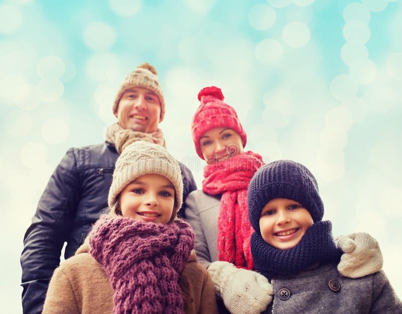Gelukkige familie in de winterkleren in openlucht royalty-vrije stock afbeeldingen