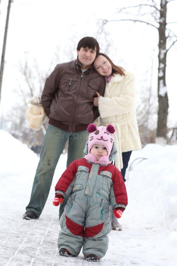 Gelukkige familie in de winterpark royalty-vrije stock fotografie