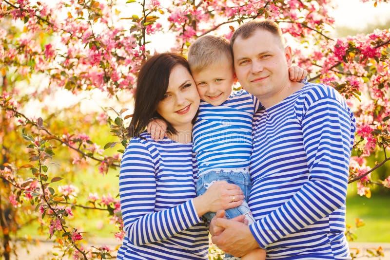 Gelukkige familie in de zomerpark royalty-vrije stock afbeeldingen