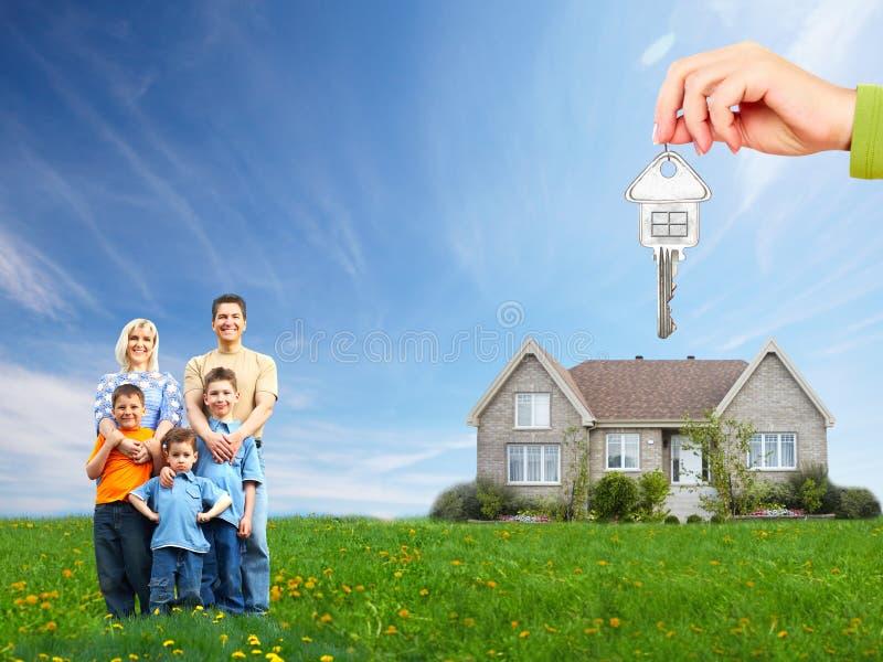 Gelukkige familie dichtbij nieuw huis. stock fotografie
