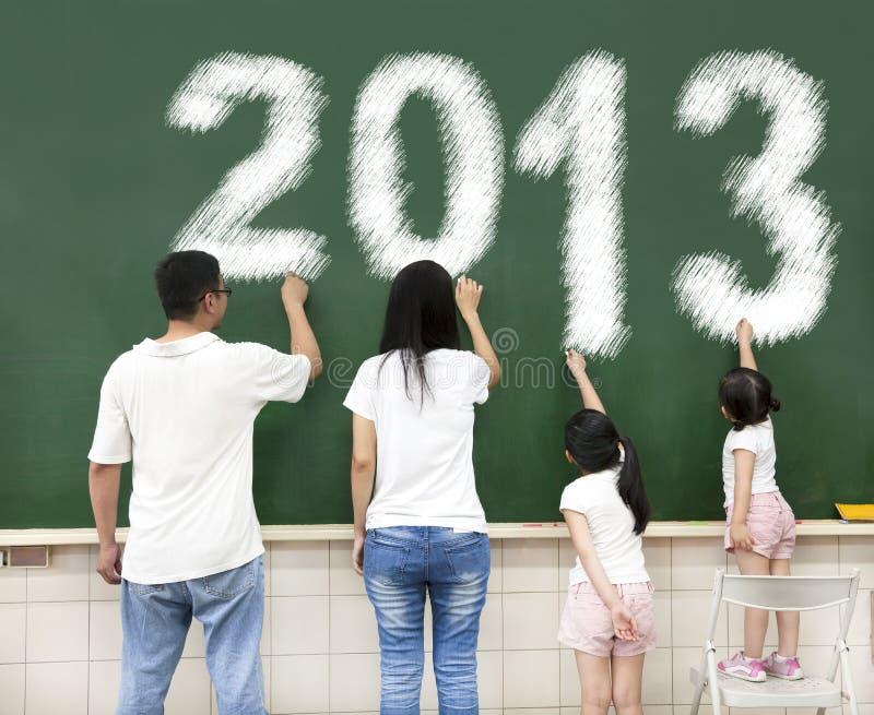 Gelukkige familie die 2013 trekt stock afbeeldingen