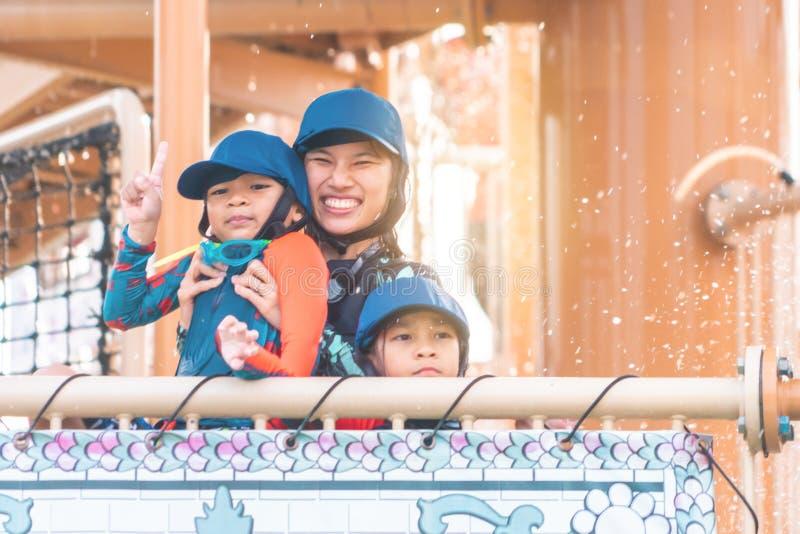 Gelukkige familie die in aquapretpark Thailand glimlachen van het waterpark royalty-vrije stock afbeeldingen