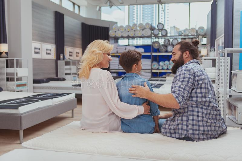 Gelukkige familie die bij meubilairopslag winkelen stock foto's