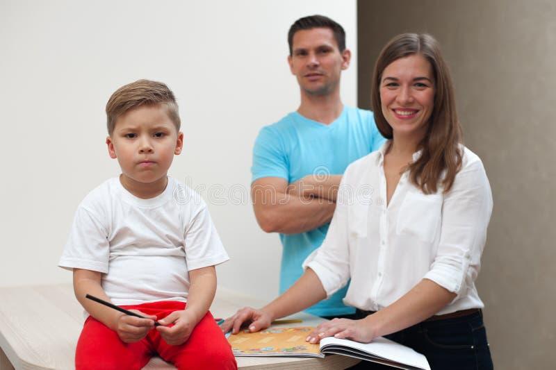 Gelukkige Familie die binnen stellen royalty-vrije stock foto's