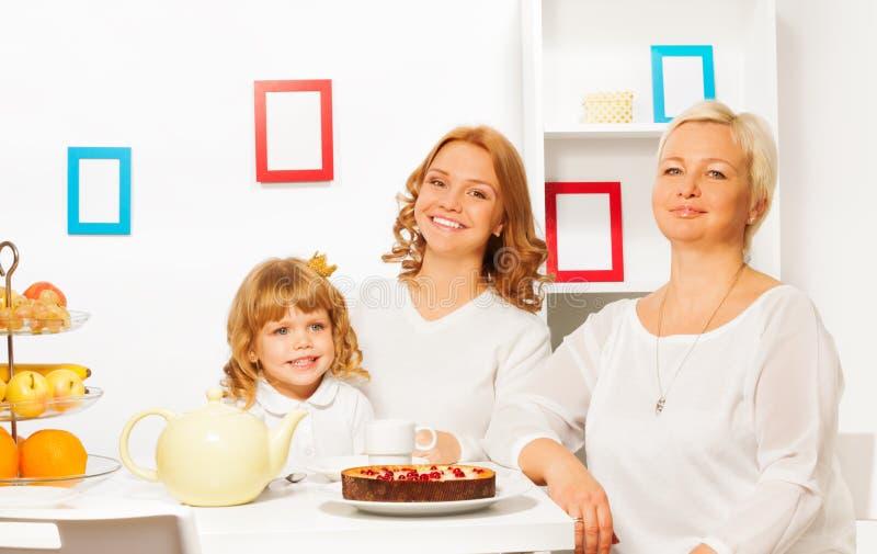 Gelukkige familie die cake eten en thee drinken royalty-vrije stock afbeeldingen