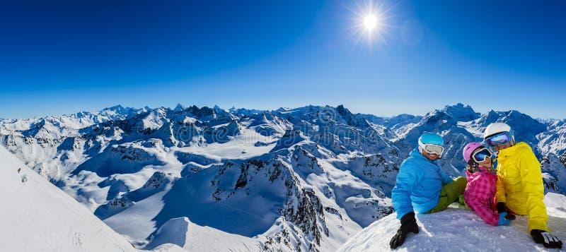 Gelukkige familie die de winter van vakanties in bergen genieten stock afbeeldingen