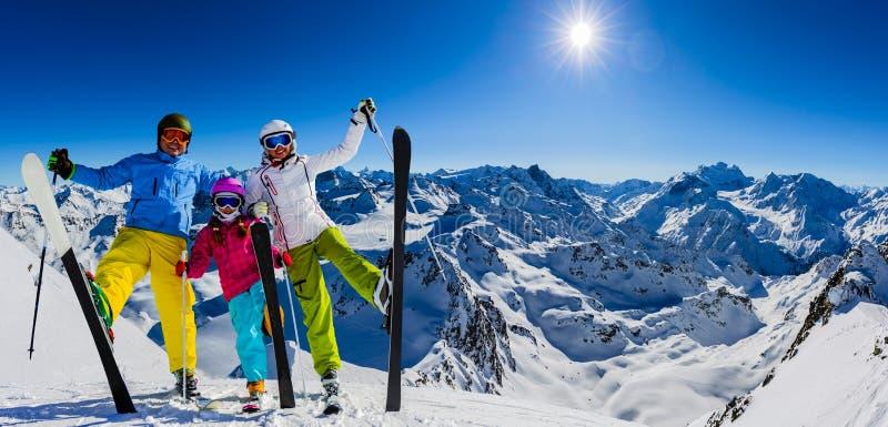 Gelukkige familie die de winter van vakanties in bergen genieten stock afbeelding