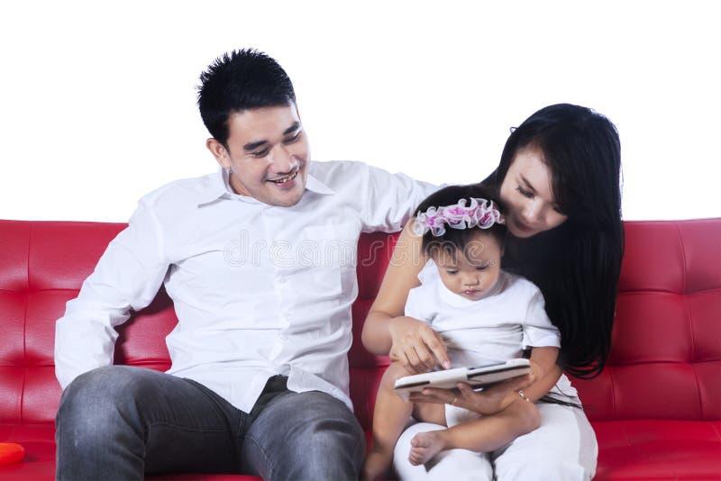 Download Gelukkige Familie Die Digitale Tablet Gebruiken Stock Foto - Afbeelding bestaande uit internet, mensen: 39115782