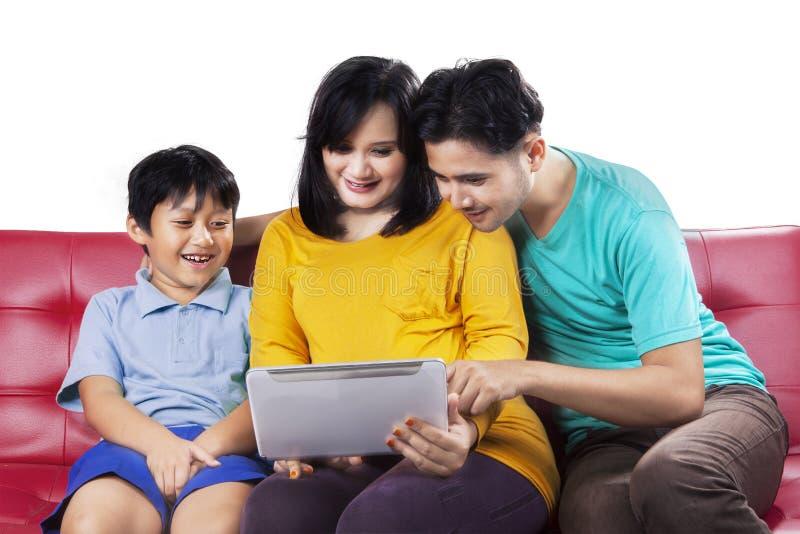 Gelukkige familie die digitale tablet gebruiken royalty-vrije stock foto's