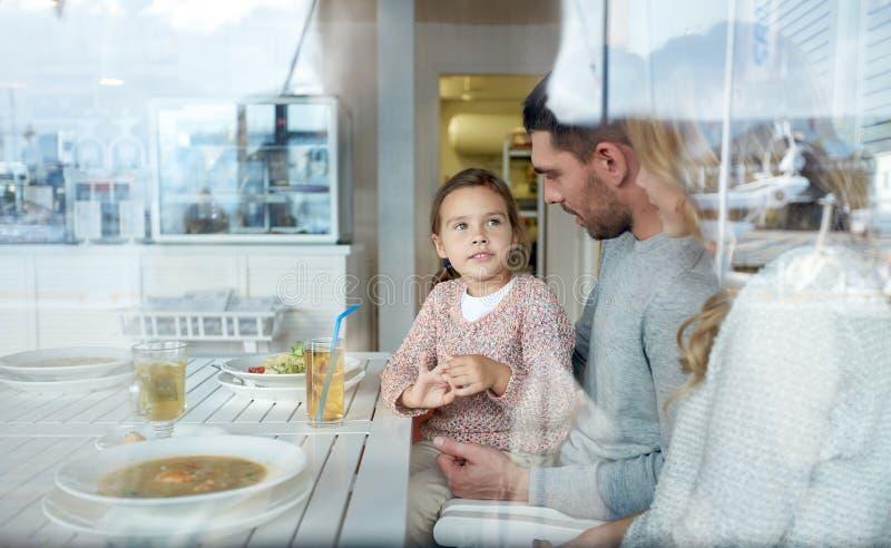 Gelukkige familie die diner hebben bij restaurant of koffie royalty-vrije stock foto