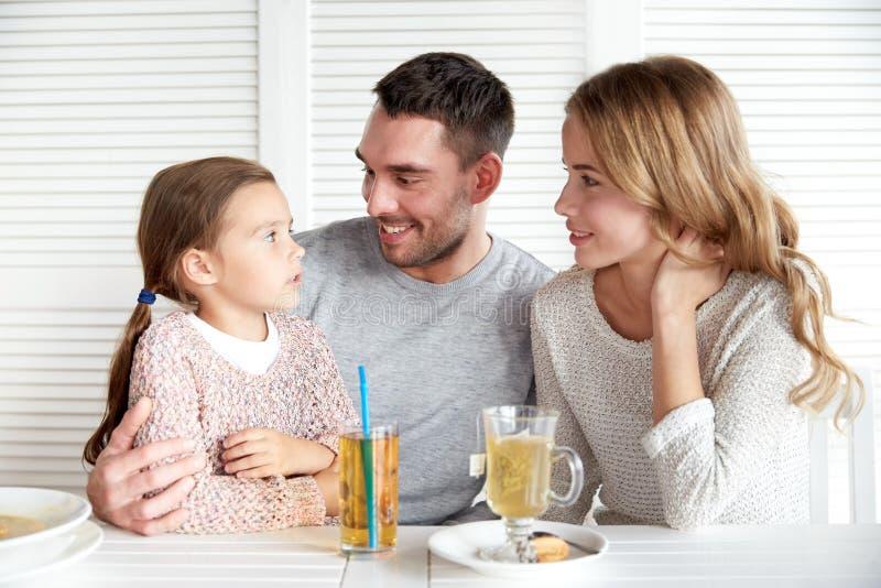 Gelukkige familie die diner hebben bij restaurant of koffie stock afbeelding