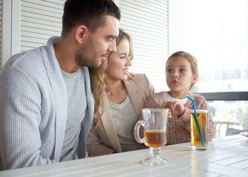 Gelukkige familie die diner hebben bij restaurant of koffie stock foto's