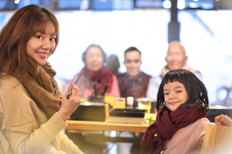 Gelukkige familie die diner hebben en Chinees nieuw jaar vieren royalty-vrije stock fotografie