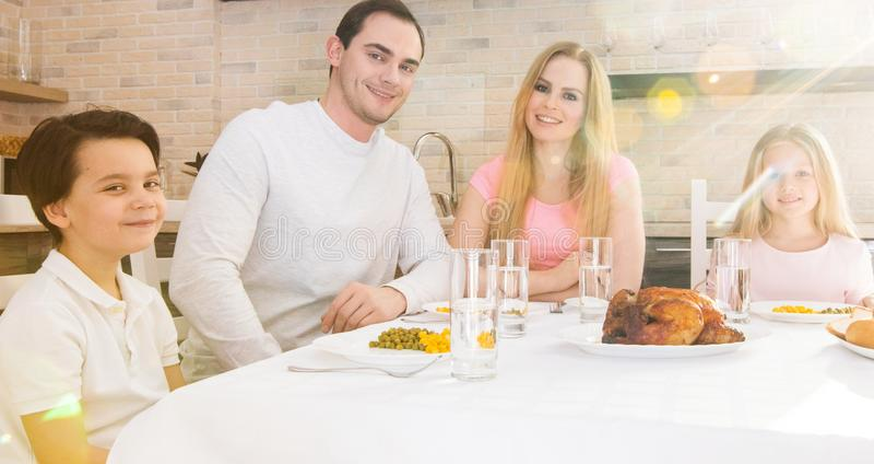 Gelukkige familie die diner heeft stock foto's