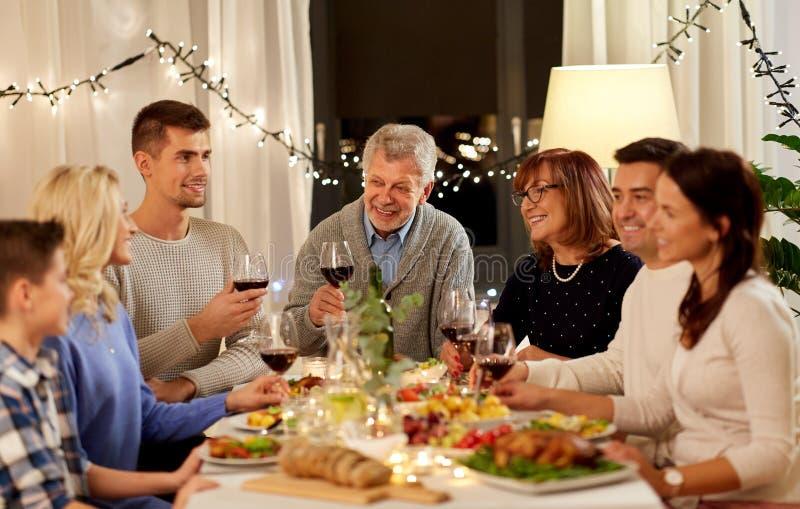 Gelukkige familie die dinerpartij hebben thuis royalty-vrije stock afbeeldingen