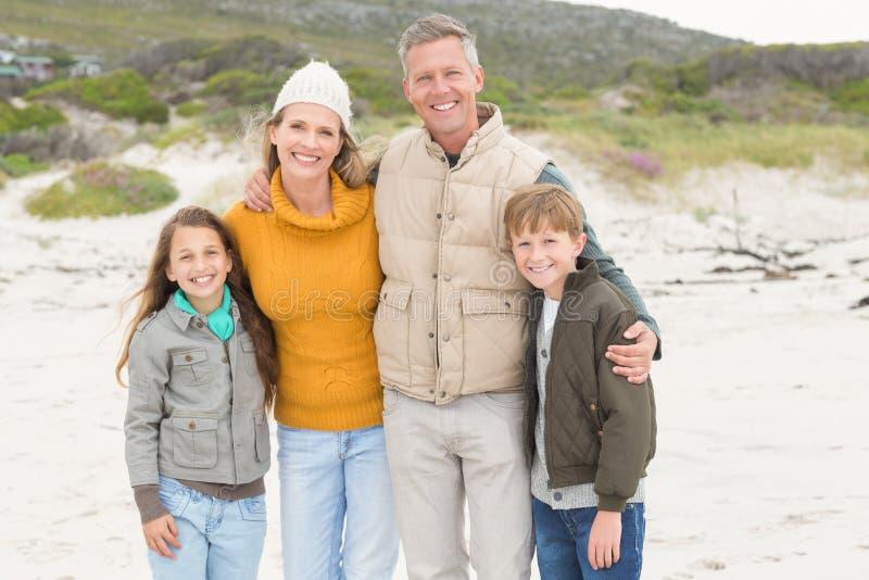 Gelukkige familie die een familiedagtocht hebben royalty-vrije stock afbeelding