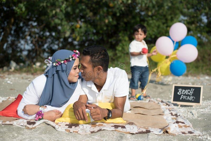 Gelukkige familie die een mooie picknick hebben Het concept van de familie stock fotografie