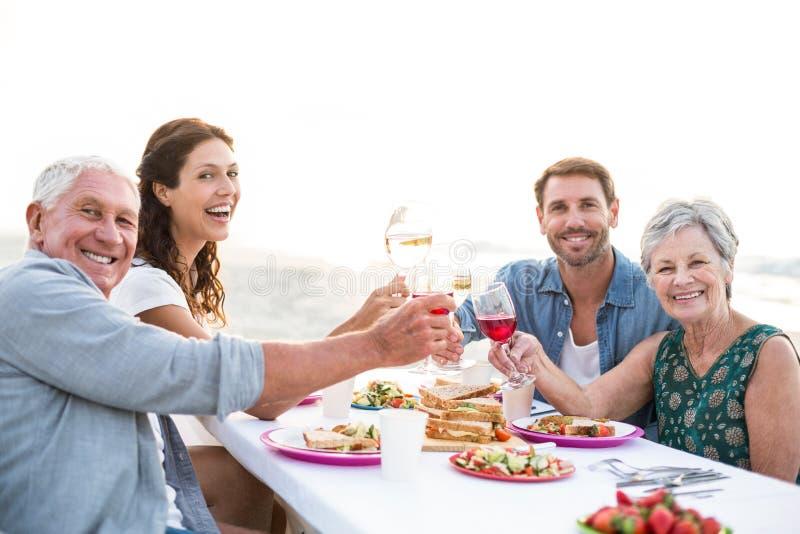 Gelukkige familie die een picknick hebben bij het strand royalty-vrije stock foto