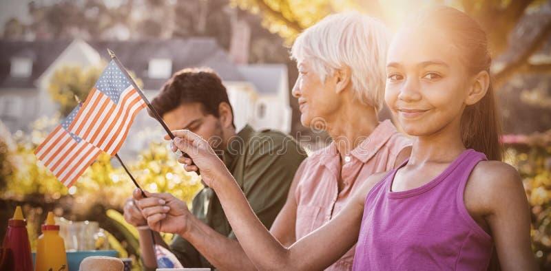 Gelukkige familie die een picknick hebben en Amerikaanse vlag nemen royalty-vrije stock foto's