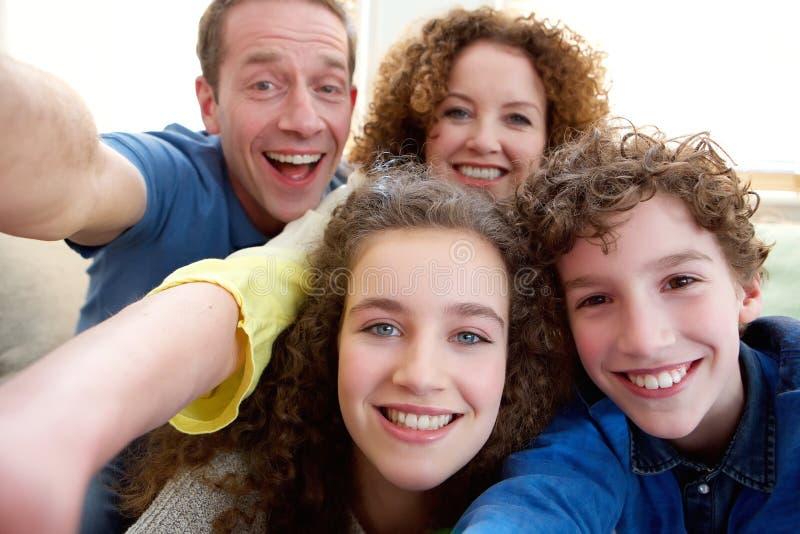 Gelukkige familie die een selfie samen nemen royalty-vrije stock fotografie