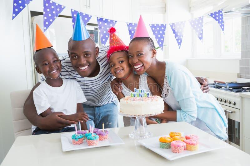 Gelukkige familie die een verjaardag samen vieren royalty-vrije stock foto's