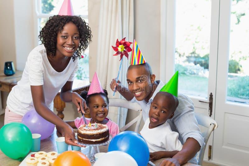 Gelukkige familie die een verjaardag vieren samen bij lijst stock fotografie